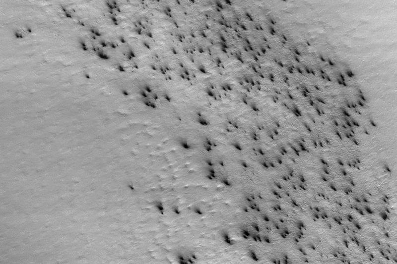 Mars satellite captures an avalanche of activity