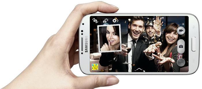 'Dual Shot' allows users to take a photo with the front and rear cameras of the Galaxy S4 simultaneously.